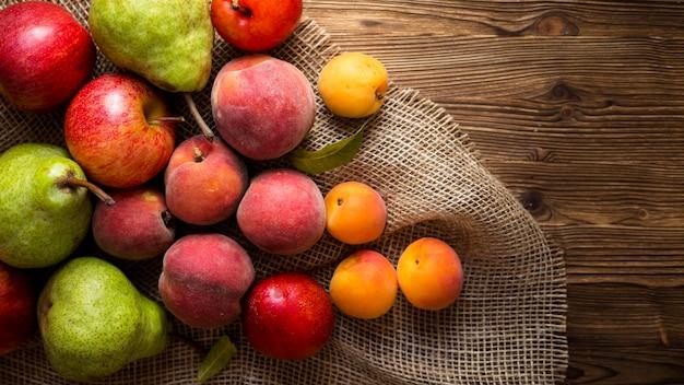 布に美味しい秋のフルーツをアレンジ Premium写真