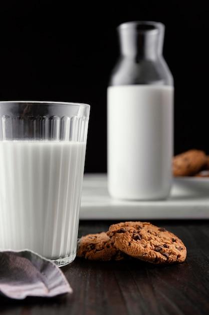 Композиция из вкусного печенья с молоком Бесплатные Фотографии