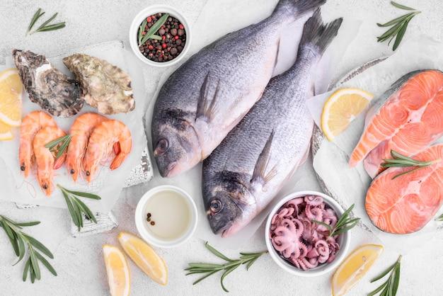 Композиция из вкусной сырой рыбы леща Premium Фотографии