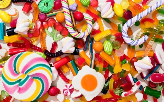 異なる色のキャンディーの配置 Premium写真
