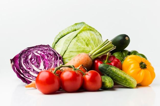 Композиция из разных свежих овощей Premium Фотографии
