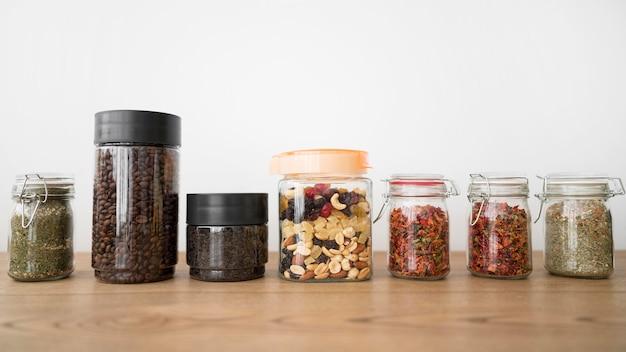 Расположение банок с разными ингредиентами Бесплатные Фотографии