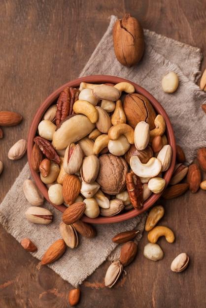 Расположение орехов в миске Premium Фотографии