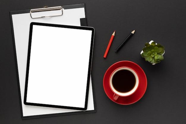 Расположение офисных элементов на черном фоне Бесплатные Фотографии