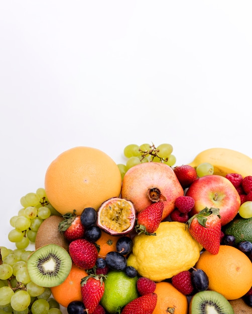 Композиция из летних экзотических фруктов Premium Фотографии