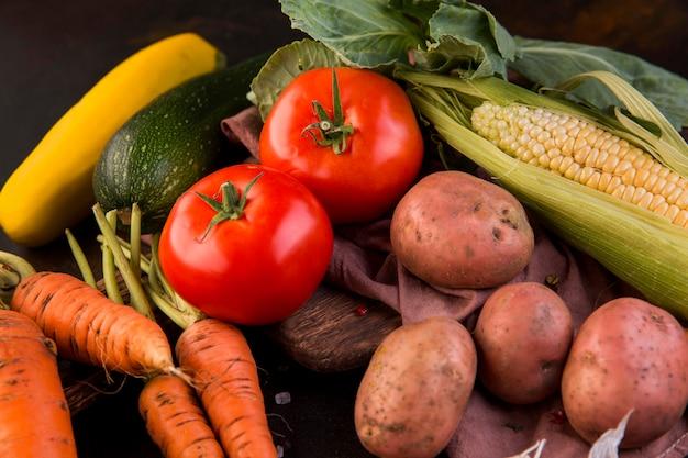 Композиция из овощей на темном фоне крупным планом Premium Фотографии