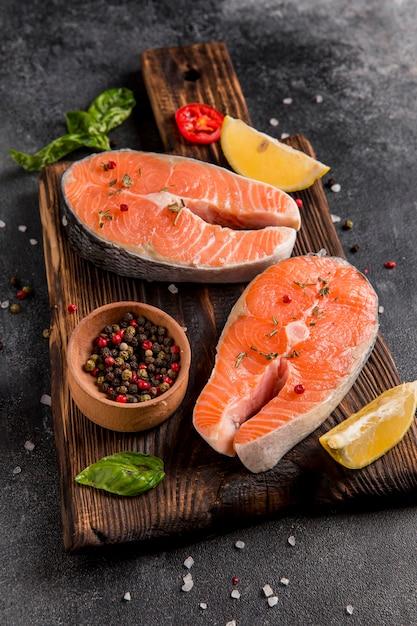 Композиция из овощей и лосося high view Premium Фотографии
