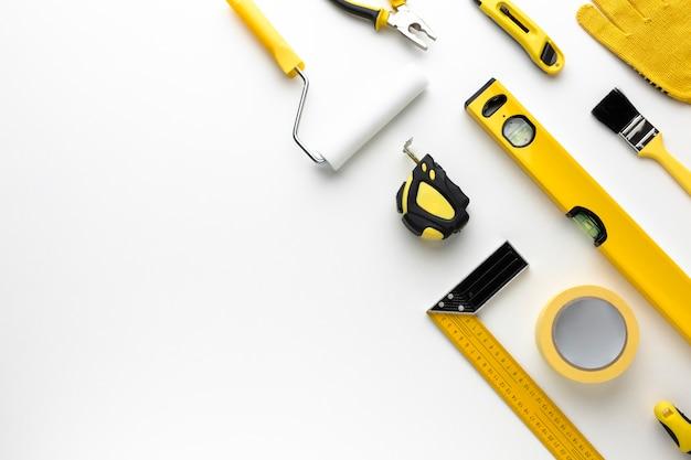 Расположение желтых инструментов для ремонта с копией пространства Premium Фотографии