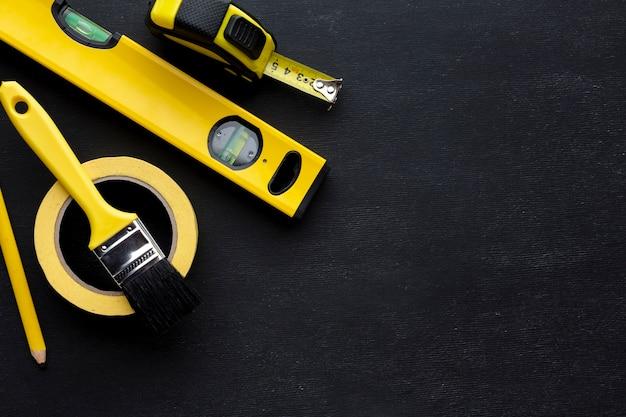 Расположение желтых инструментов плоской планировки с копией пространства Бесплатные Фотографии