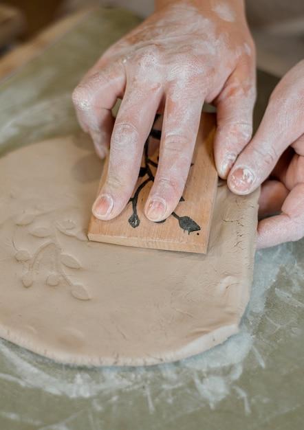 Disposizione degli elementi in ceramica in officina Foto Gratuite