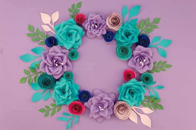 Arrangement with beautiful wreath and purple background Free Photo