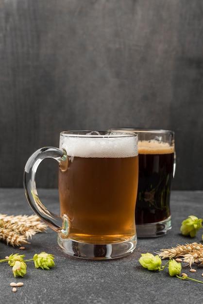 ビールジョッキと小麦のアレンジメント 無料写真