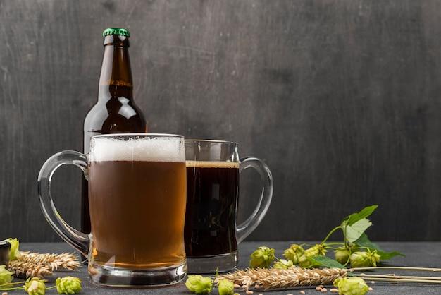 Disposizione con boccali di birra e bottiglia Foto Gratuite