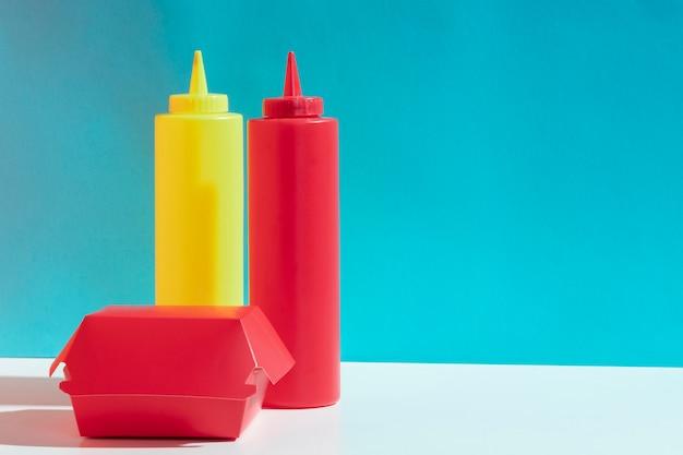Композиция с бутылками соуса и коробки Бесплатные Фотографии