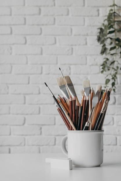 컵에 붓과 펜으로 배열 무료 사진