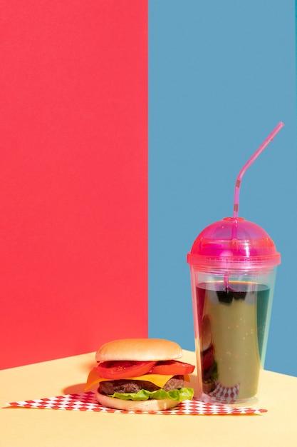 Композиция с чизбургером и вкусным соком Бесплатные Фотографии
