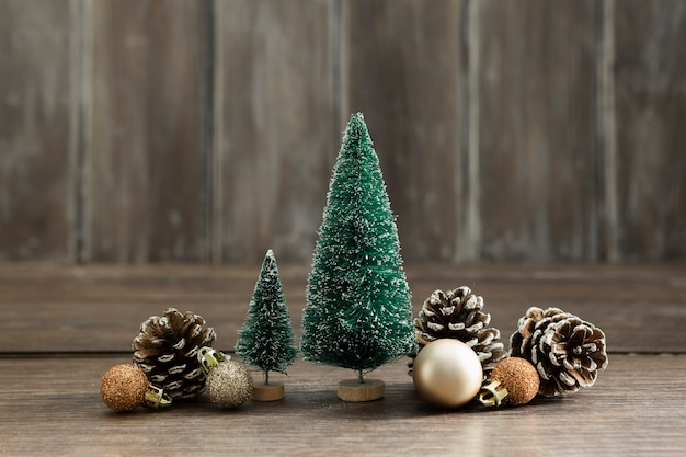 Arrangement with christmas trees and pine cones Free Photo