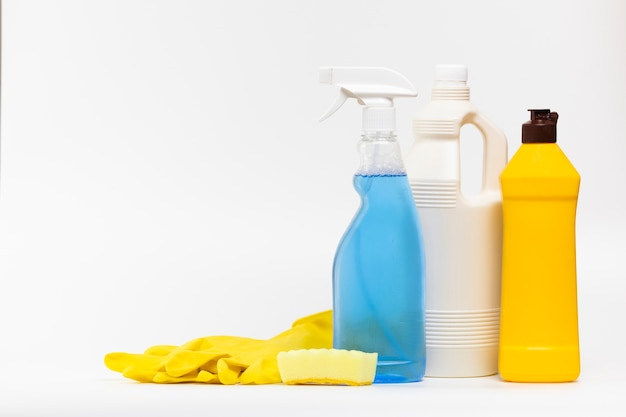 Arrangement with cleaning products and gloves Free Photo