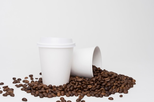 Arrangement with coffee cups and beans Free Photo