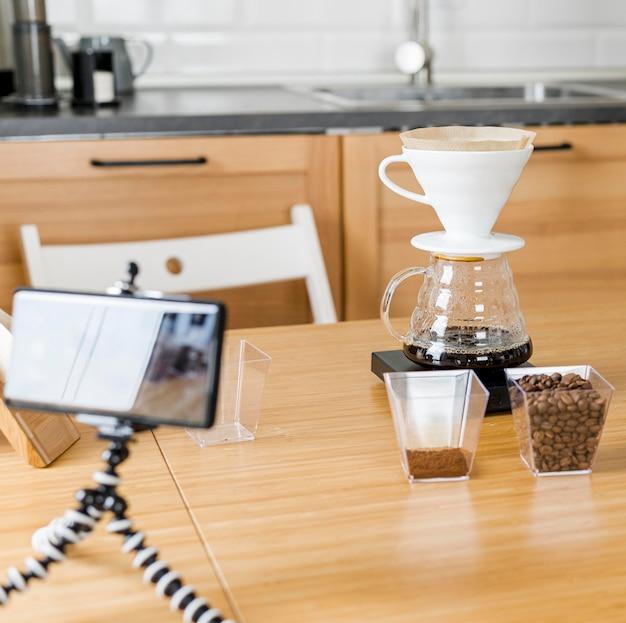 Disposizione con macchina per il caffè e telefono Foto Gratuite