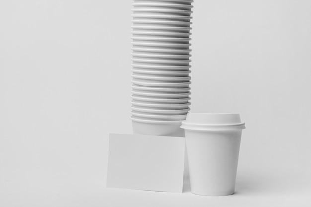Disposizione con tazze di caffè bianco Foto Gratuite