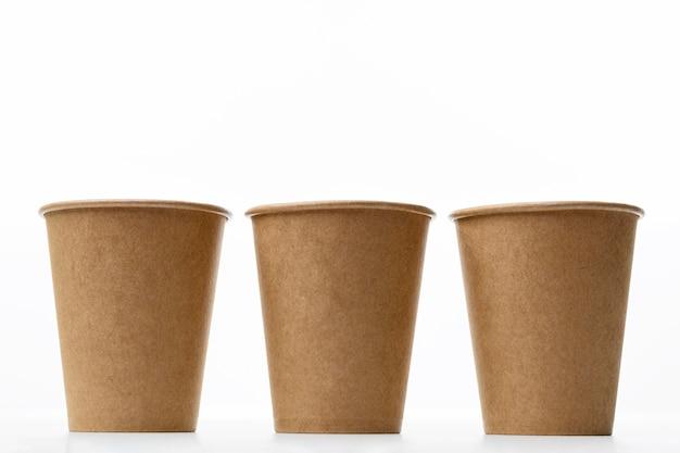 Disposizione con tazze su sfondo bianco Foto Gratuite