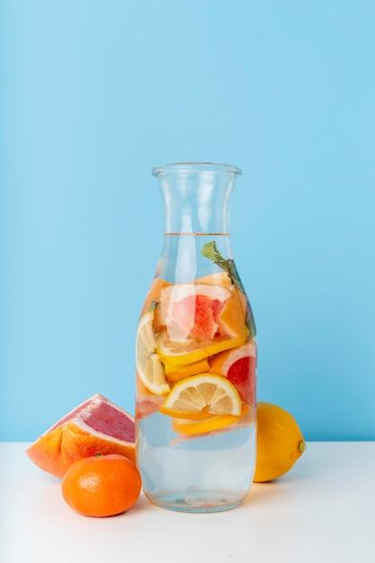 Disposizione con deliziosa bevanda alla frutta Foto Gratuite