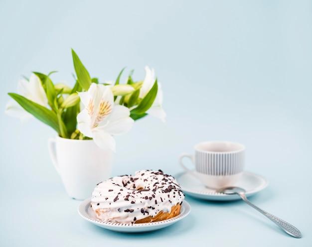 ドーナツと花のアレンジメント 無料写真