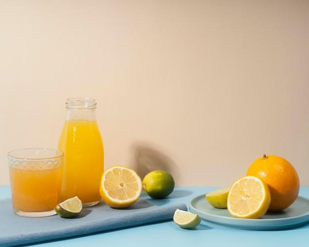 Disposizione con frutta e bevande Foto Gratuite