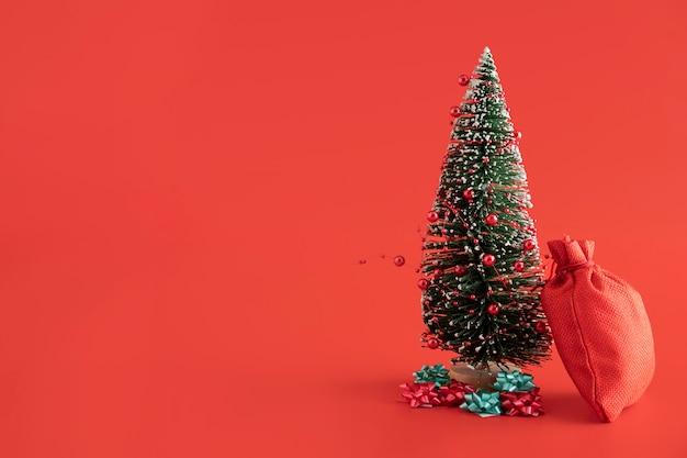 Композиция с красным мешком и елкой Premium Фотографии