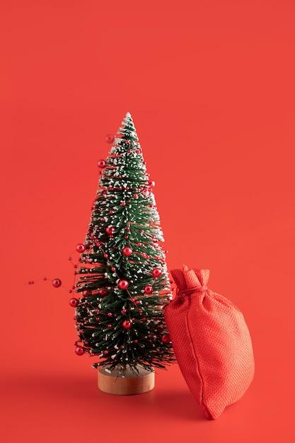 Композиция с красным мешком и деревом Premium Фотографии