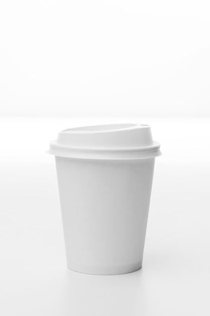 Disposizione con tazza di caffè bianco Foto Gratuite