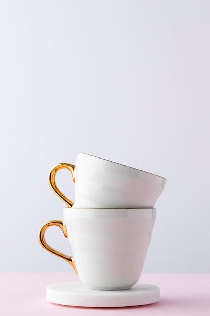 Композиция с белыми чашками Бесплатные Фотографии