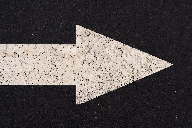 右の長い空のまっすぐな道を指す矢印記号 Premium写真