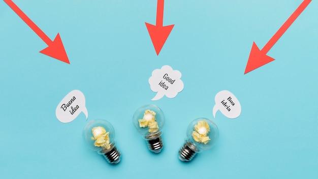 Frecce che puntano a lampadine Foto Gratuite