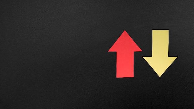 Знак стрелки на темном фоне Бесплатные Фотографии