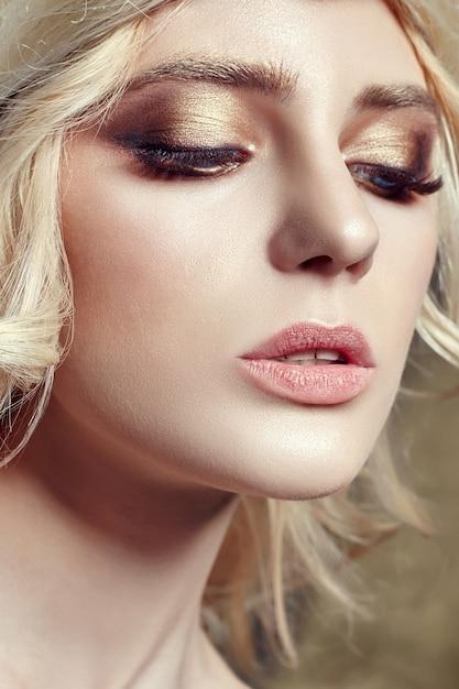 Art fashion blonde girl long eyelashes clear skin Premium Photo