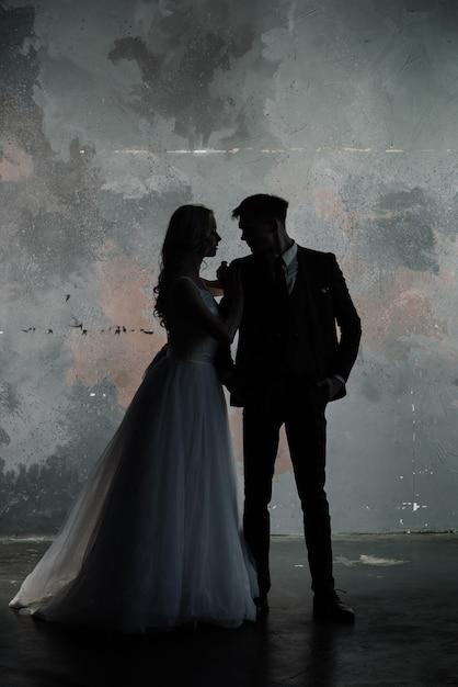 Художественная студия моды фото свадебной пары силуэт жениха и невесты на цветах Premium Фотографии