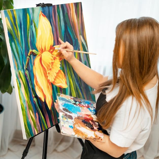 Девушка художник за работой девушка модель веб камер