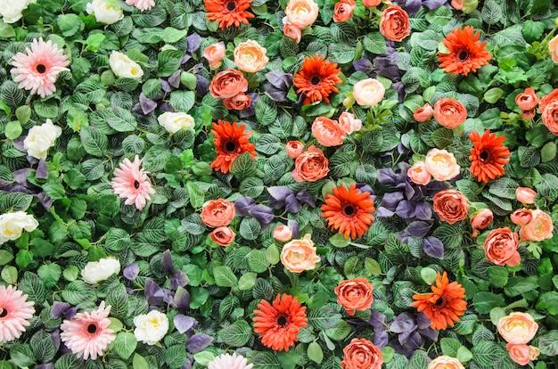 人工のカラフルな花と葉 Premium写真