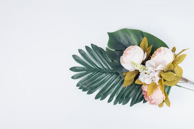 人工の葉と花の花束。 無料写真