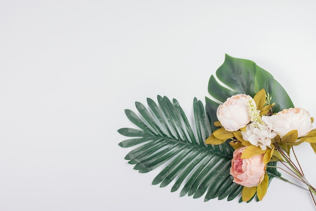 人工の葉と牡丹の花。 無料写真
