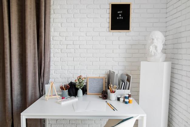 Концепция стола художника в помещении Бесплатные Фотографии