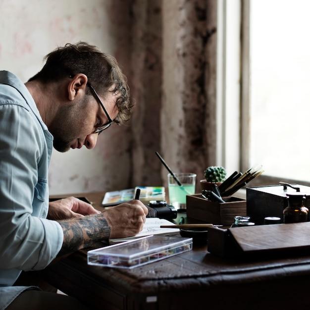 Рисунок художника за его столом Premium Фотографии