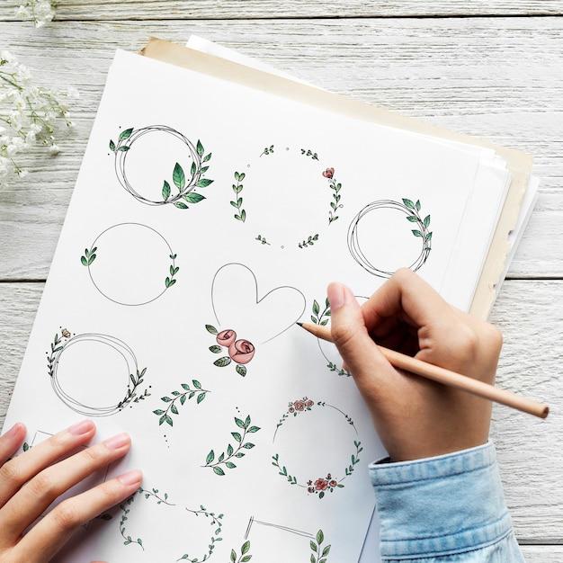 紙に落書き花の花輪を描くアーティスト 無料写真