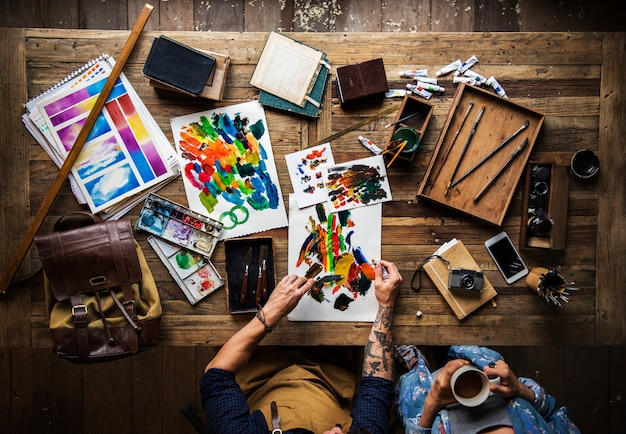 Artist drawing with acrylic paint Premium Photo