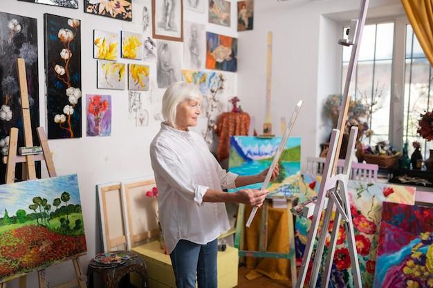 Artist feeling inspired. talented mature beautiful artist feeling truly inspired looking at her picture Premium Photo