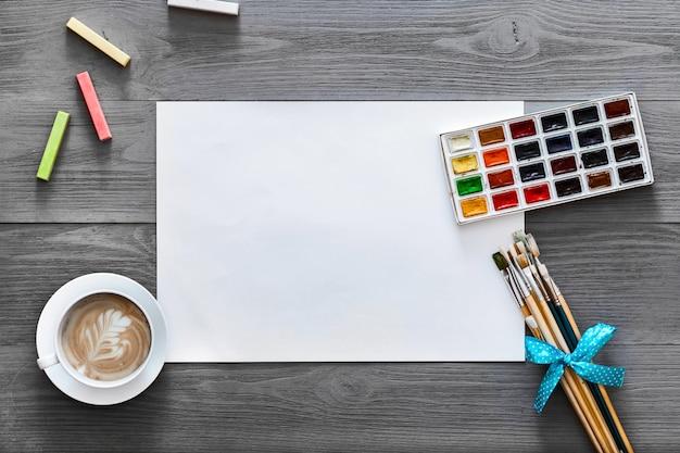 アーティスト木製グレーのクリエイティブペイントレッスンアートワーク用品背景、フラットレイアウト Premium写真