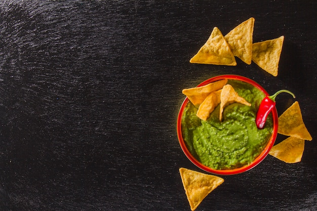 Artistic composition with guacamole and nachos Free Photo