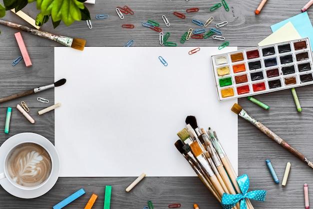 芸術的な創造的な背景美術作業用品とモックアップ白紙、フラットレイアウト Premium写真